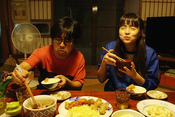 映画『おいしい家族』浜野謙太/モトーラ世理奈