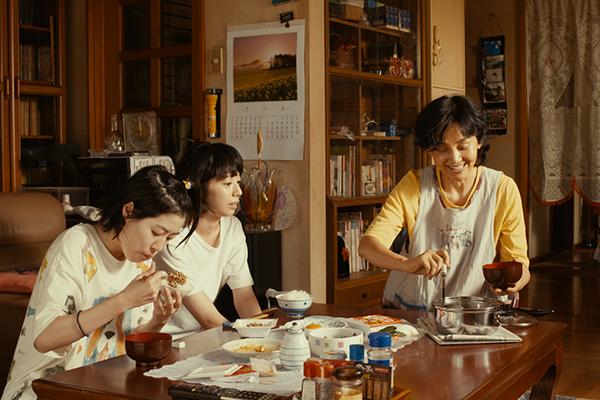 映画『ブルーアワーにぶっ飛ばす』夏帆/シム・ウンギョン/南果歩
