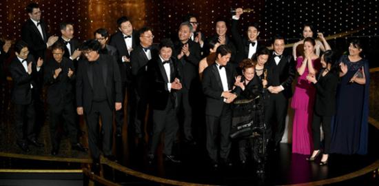 第92回アカデミー賞作品賞受賞時写真:映画『パラサイト 半地下の家族』