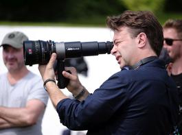 映画『ブライズ・スピリット〜夫をシェアしたくはありません!』メイキング、エドワード・ホール監督