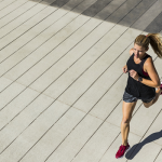 Pixabayによる写真:ランニングする女性